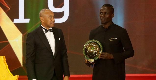 סאדיו מאנה עם הפרס (רויטרס)