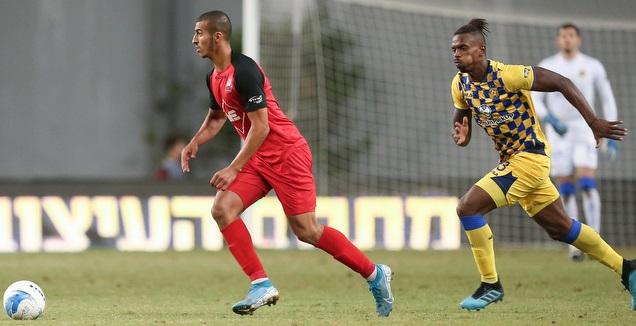 קייס גאנם עם הכדור, ז'איר אמאדור מאחוריו (רדאד ג'בארה)