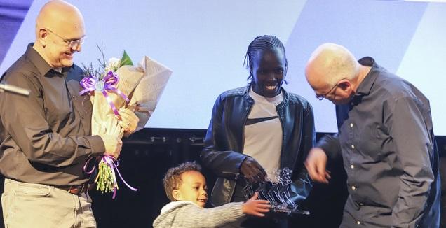 לונה צ'מטאי סלפטר מקבלת את הפרס (איתי כהן)