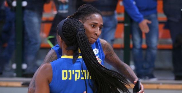 קריסטל ברדפורד וצ'לסי הופקינס (קובי אליהו, באדיבות מנהלת ליגת העל לנשים בכדורסל)