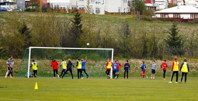 ילדים משחקים כדורגל (רויטרס)