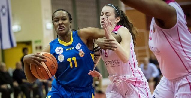 צ'לסי הופקינס עם הכדור (עודד קרני, באדיבות מנהלת ליגת העל לנשים בכדורסל)