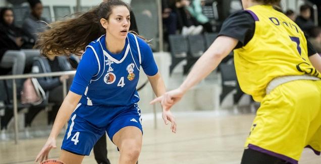 יערה יצחקי עם הכדור (עודד קרני, באדיבות מנהלת ליגת העל לנשים בכדורסל)