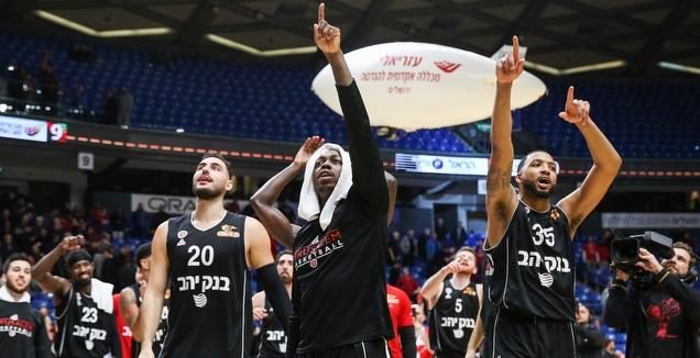 שחקני הפועל ירושלים חוגגים בסיום (איציק בלניצקי)