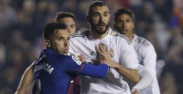 קארים בנזמה נאבק על הכדור (La Liga)