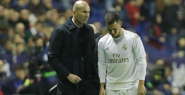אדן הזאר יורד מכר הדשא לצידו של זינדין זידאן (La Liga)