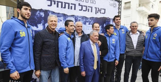 שמעון מזרחי עם שחקני ההווה והעבר של מכבי ת&qout;א בטקס המרגש (איתי כהן)