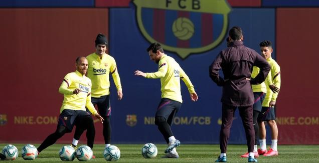 ליאו מסי עם שחקני ברצלונה באימון (רויטרס)