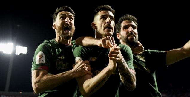 יורי חוגג עם ראול  גארסיה ואדוריס (La Liga)