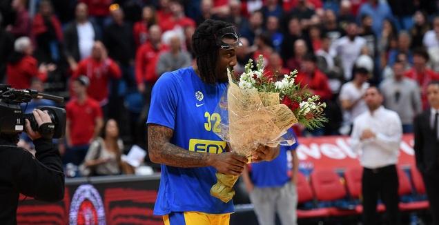 אמארה סטודמאייר מקבל זר פרחים (חגי מיכאלי)