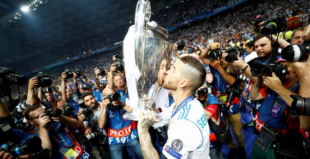 סרחיו ראמוס עם גביע ליגת האלופות ב-2018 (רויטרס)