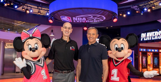 אדם סילבר בפתיחת מתחם ה-NBA באתר דיסני וורלד (אתר דיסני)