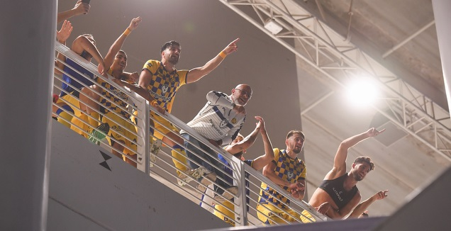 שחקני מכבי ת&qout;א חוגגים בבלומפילד בסיום (חגי מיכאלי)