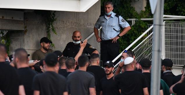 כוחות האבטחה מביטים באוהדי מכבי חיפה (עמרי שטיין)