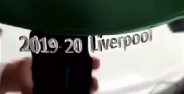 שמה של ליברפול חרוט על גביע הפרמייר ליג של עונת 2019/20 (צילום מסך)