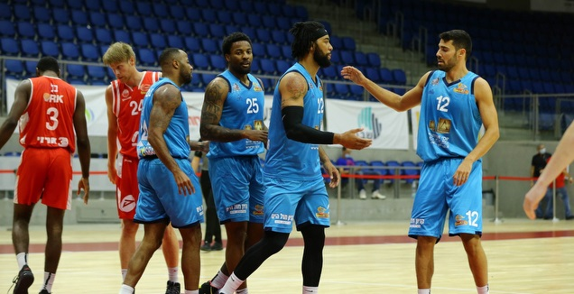 שחקני אילת חוגגים (נועם מולדובן, מנהלת הליגה בכדורסל)