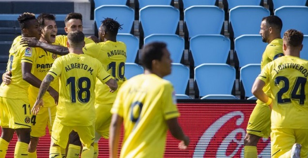שחקני ויאריאל חוגגים עם מאנו טריגרוס (La Liga)