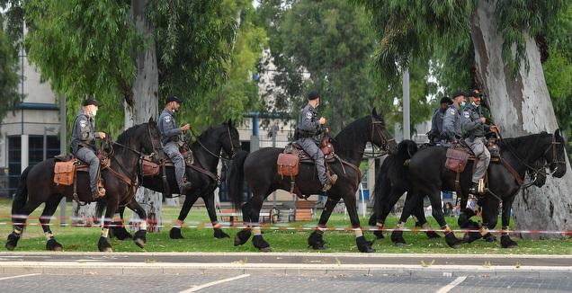 כוחות המשטרה מחוץ לבלומפילד (חגי מיכאלי)
