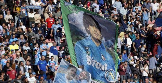 אוהדי נאפולי עם דגל של מראדונה (רויטרס)