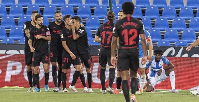 שחקני סביליה חוגגים עם אוליבר טורס (La Liga)