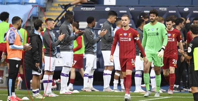 ברנרדו סילבה לא מוחא כפיים לליברפול בזמן מסדר הכבוד (רויטרס)