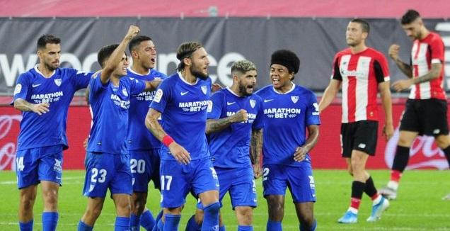 שחקני סביליה חוגגים עם אבר באנגה (La Liga)