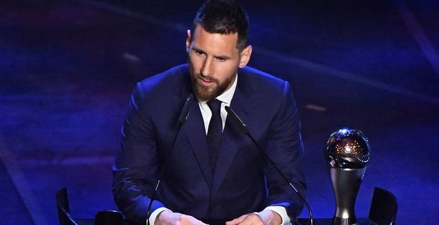 ליאו מסי עם פרס The Best בשנה שעברה (רויטרס)