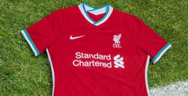 עם פס ירוק. חולצת הבית של ליברפול (האתר הרשמי של ליברפול)