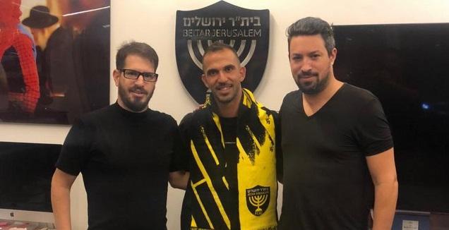 משה חוגג עם אוראל דגני וסוכנו אדם קידן (בית&qout;ר ירושלים)