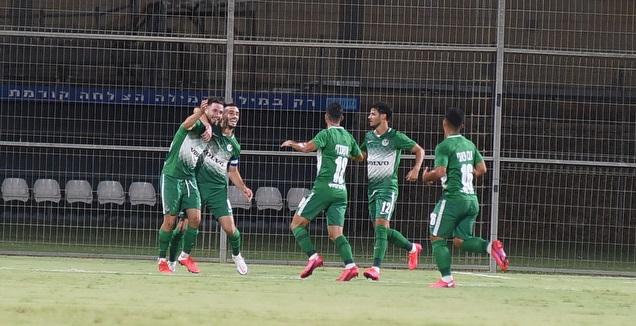 שחקני מכבי חיפה חוגגים עם עופרי ארד (ניסן עייש)