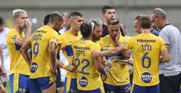 שחקני מכבי תל אביב בהפסקת השתייה (רדאד ג'בארה)