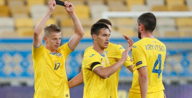 שחקני אוקראינה חוגגים עם אולכסנדר זינצ'נקו (רויטרס)