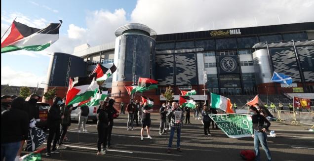 דגלי פלסטין מחוץ לאצטדיון (רויטרס)