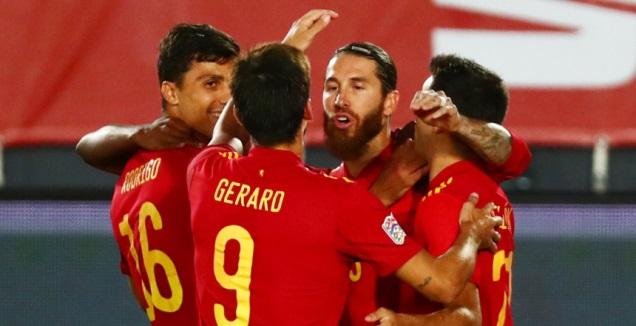 שחקני נבחרת ספרד חוגגים עם סרחיו ראמוס (רויטרס)