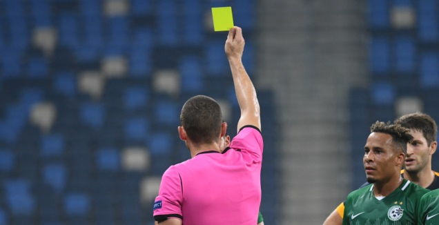 השופט מוציא כרטיס צהוב (עמרי שטיין)