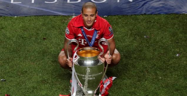 טיאגו עם גביע ליגת האלופות (רויטרס)