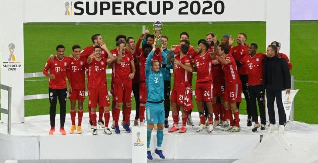 שחקני באיירן מינכן מניפים את הסופרקאפ הגרמני (רויטרס)