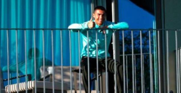 כריסטיאנו רונאלדו מביט באימון מחדרו (צילום מסך)