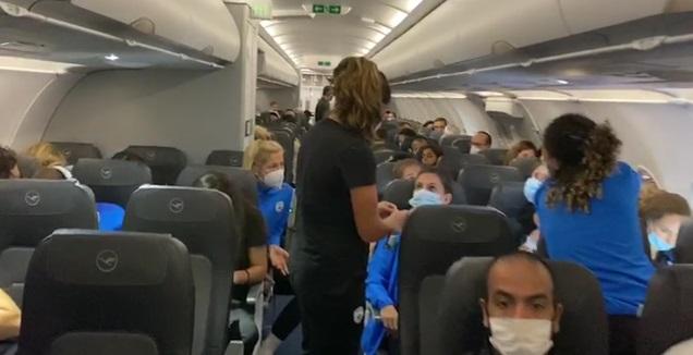 נבחרת הנשים במטוס (צילום מסך)