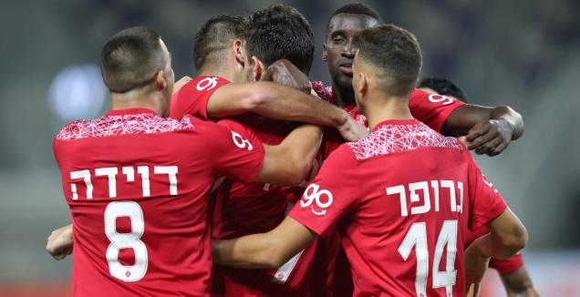 שחקני הפועל תל אביב חוגגים עם עומרי אלטמן (רדאד ג'בארה)