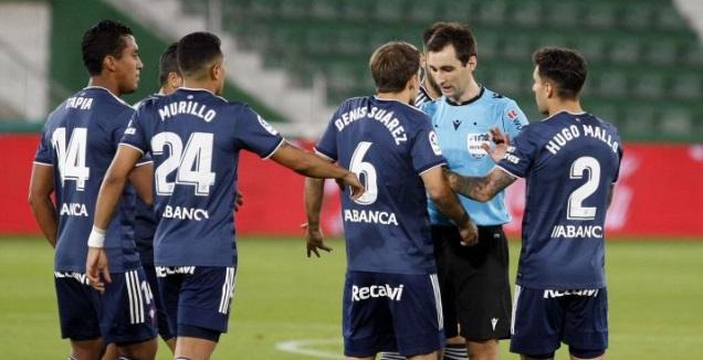 שחקני סלטה ויגו באים בטענות לשופט (La Liga)
