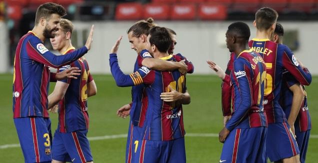 ליאו מסי חוגג עם שחקני ברצלונה (רויטרס)