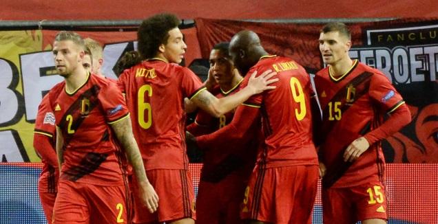 שחקני בלגיה חוגגים עם יורי טילמאנס (רויטרס)