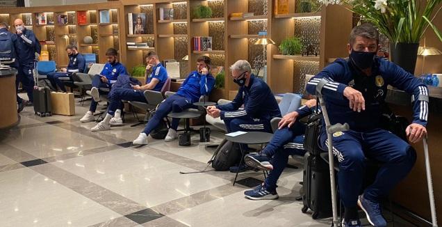 שחקני סקוטלנד מחכים בטרמינל פתאל (רדאד ג'בארה)