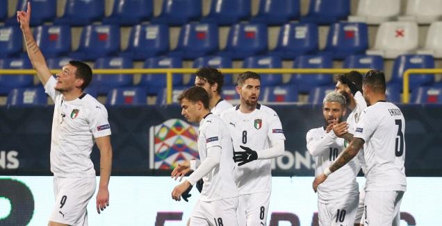 שחקני איטליה חוגגים עם אנדראה בלוטי (רויטרס)