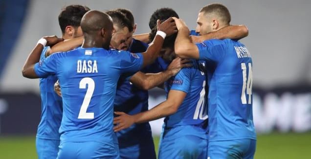 מנור סולומון חוגג עם שחקני הנבחרת (רדאד ג'בארה)