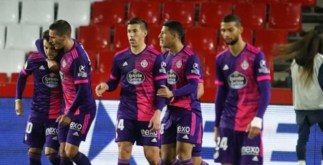 שחקני ויאדוליד חוגגים עם אוסקר פלאנו (La Liga)