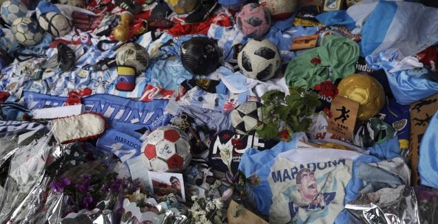 פרחים וכדורים מחוץ לאצטדיון בבואנוס איירס לזכר מראדונה (רויטרס)
