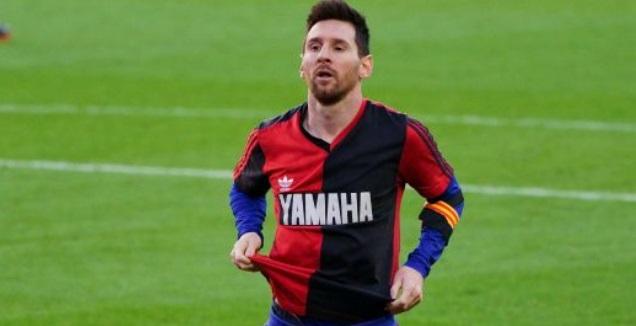 ליאו מסי עם חולצה של ניואלס (La Liga)
