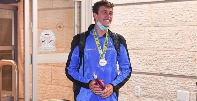 יואב כהן עם המדליה (חגי מיכאלי)